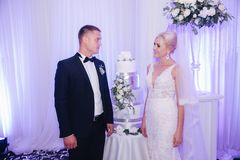 Mooie bruidegom en bruid in restaurant newlyweds stock foto