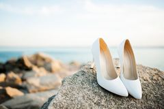 Mooie bruids schoenen op de rotsen stock foto's