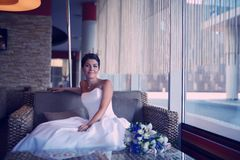 Mooie bruidzitting bij een binnenkoffie Stock Afbeeldingen