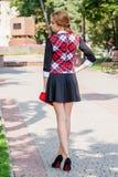 Mooie bruin-haired jonge vrouw die kleren en het lopen o dragen Royalty-vrije Stock Fotografie