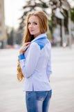 Mooie bruin-haired jonge vrouw die kleren en het lopen o dragen Royalty-vrije Stock Afbeeldingen