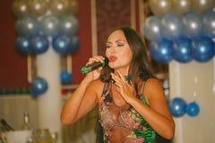 Mooie brunette De prestaties op de stadiumactrice en de zanger van Russische klassieke oversteekplaatsdiva Larisa Lusta stock foto's