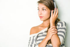 Mooie brunette die zilveren hoofdtelefoons draagt. Stock Afbeeldingen