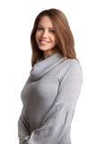 Mooie brunette in een wolsweater stock foto