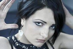 Mooie brunette in een zwarte kleding Stock Foto's