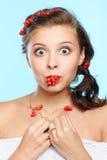 Mooie brunette met ashberries stock fotografie