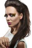 Mooie brunette met bevederde make-upglimlachen Royalty-vrije Stock Foto's