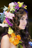 Mooie brunette met bloemenchaplet op een hoofd Stock Fotografie