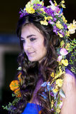 Mooie brunette met bloemenchaplet op een hoofd Royalty-vrije Stock Afbeeldingen