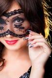 Mooie brunette met kanten masker op ogen Royalty-vrije Stock Fotografie