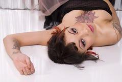 Mooie brunette met tatoegering Royalty-vrije Stock Afbeeldingen