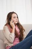 Mooie brunette op de telefoon Royalty-vrije Stock Fotografie