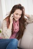 Mooie brunette op de telefoon Stock Afbeelding