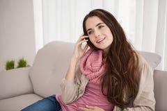 Mooie brunette op de telefoon Stock Fotografie