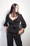 Mooie brunette op een modieuze manier pantsuit Stock Foto