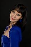 Mooie brunette op een zwarte Stock Fotografie