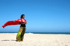 Mooie brunette op het strand Royalty-vrije Stock Foto's