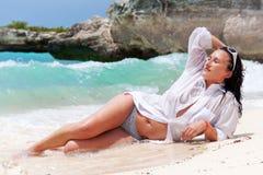Mooie brunette op het strand Royalty-vrije Stock Fotografie