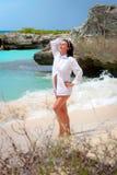 Mooie brunette in overhemd bij Caraïbische Zee Stock Afbeelding