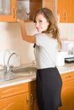 Mooie brunette in vrouw in een moderne keuken. Royalty-vrije Stock Afbeelding