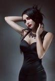 Mooie brunnetevrouw in zwarte kleding Stock Foto's