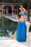 Mooie Buikdanser in een Blauw Kostuum Royalty-vrije Stock Afbeeldingen