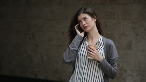 Mooie buisnesswoman het gebruiken smartphone met koffie, openlucht stock footage
