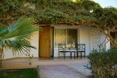 Mooie bungalow bij moderne toevlucht Stock Foto