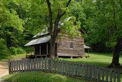 Mooie cabine in het bos plaatsen Royalty-vrije Stock Afbeeldingen