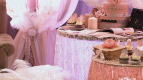 Mooie cake op een lijst stock videobeelden