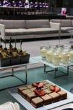 Mooie cakes in platen Royalty-vrije Stock Afbeelding