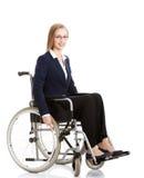 Mooie caucasain bedrijfsvrouwenzitting op rolstoel. Stock Foto