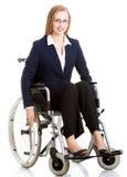 Mooie caucasain bedrijfsvrouwenzitting op rolstoel. Stock Afbeeldingen