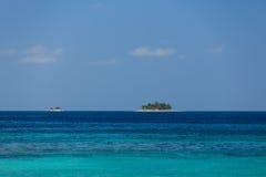 Mooie Cayos Cochinos of Cochinos-Cays de eilanden schijnen om op het Caraïbische overzees te drijven Stock Afbeelding