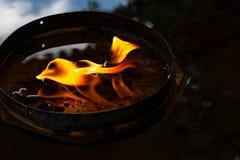 Mooie cendles waarschuwen het gele verlichting en brandverstand van de kaarsvlam Stock Foto's