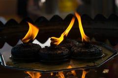 Mooie cendles waarschuwen het gele verlichting en brandverstand van de kaarsvlam Stock Fotografie
