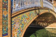 Mooie ceramische kleine brug met een adellijke titel van Aragon Brug bij het Vierkant van Spanje, Maria Luisa Park royalty-vrije stock afbeeldingen
