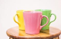 Mooie ceramische koppen op houten lijst Stock Afbeelding