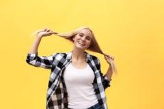 Mooie mooie charmante jonge blondevrouw die, hebbend pret die, met lang recht haar spelen binnen gelukkig glimlachen stock fotografie