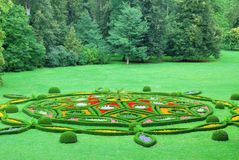 Mooie chateautuin met bloemen stock foto's