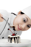 Mooie chef-kok die een zoete cake verfraaien royalty-vrije stock foto's