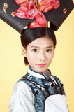 Mooie Chinese Vrouw die traditionele uitrusting dragen tegen gele achtergrond stock fotografie