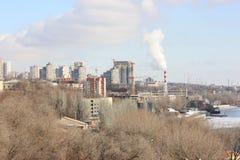 Mooie cityscape door de rivier Stock Foto