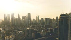 Mooie cityscape met wolkenkrabber en woonhuis Stock Afbeeldingen