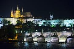 Mooie Cityscape van Praag bij nacht met Charles BridgeKarluv Most over Vltava-rivier en het Kasteel van Praag, Tsjechische Republ stock fotografie