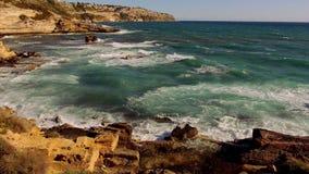 Mooie cliffline van Mallorca in de recente middag op een zonnige dag stock videobeelden