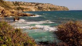 Mooie cliffline van Mallorca in de recente middag op een zonnige dag stock footage