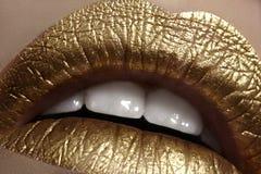 Mooie close-up met vrouwelijke mollige lippen met gouden kleurenmake-up De manier viert samenstelling, schittert schoonheidsmidde Royalty-vrije Stock Fotografie