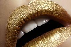 Mooie close-up met vrouwelijke mollige lippen met gouden kleurenmake-up De manier viert samenstelling, schittert schoonheidsmidde Stock Afbeelding