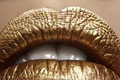 Mooie close-up met vrouwelijke mollige lippen met gouden kleurenmake-up De manier viert samenstelling, schittert schoonheidsmidde Royalty-vrije Stock Afbeeldingen